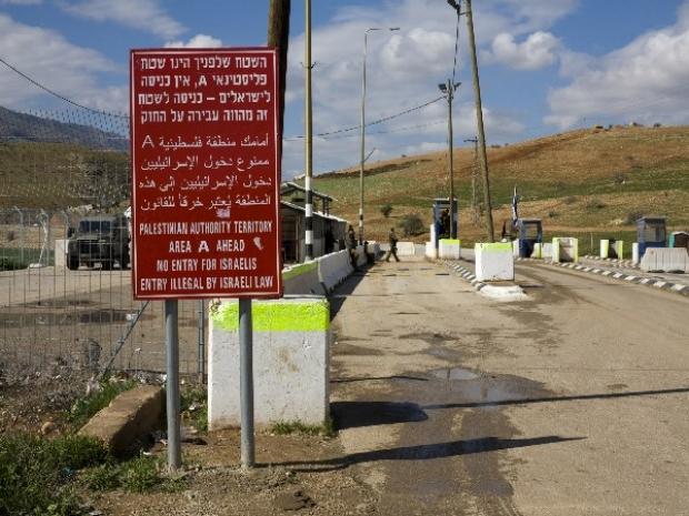 <p>[] 8  Hamra (Beka'ot) checkpoint, Jordan Valley</p><p>Photo credit: Keren Manor, activestills.org</p>