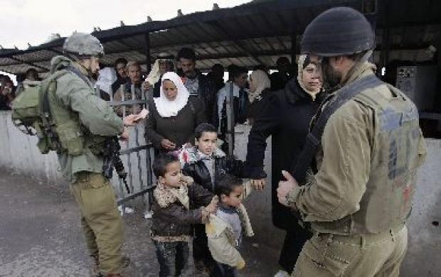<p>[9971] 1  A soldier checks the identity card of Palestinians at Huwara checkpoint near Nablus</p><p>Photo credit: Loay Abu Haykel, © Reuters</p>